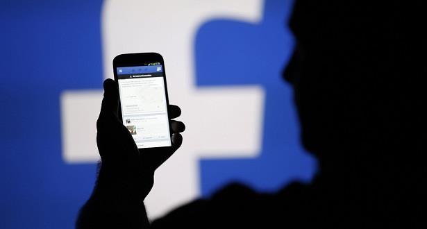 """فيسبوك تقول إنها ستتحرك ضد """"عمليات إعلام موجهة"""" تستخدم حسابات زائفة"""
