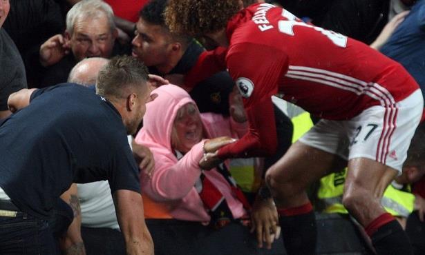 En Images: Le geste héroïque de Fellaini: il traverse la foule pour venir en aide à une dame écrasée par les supporters