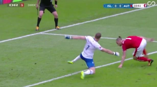 Vidéo: le gardien de l'Islande évite de justesse un but gag