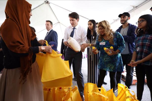 رئيس الوزراء الكندي يساعد مسلمين في تجهيز مساعدات غذائية للمحتاجين خلال رمضان