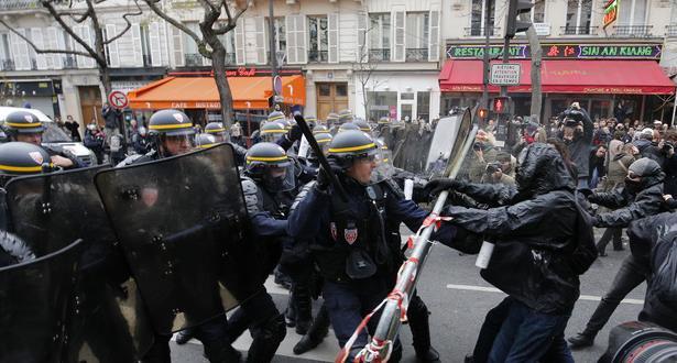 Paris: des manifestants jettent des projectiles sur la police qui réplique par du gaz lacrymogène