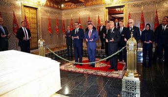 الملك عبد الله الثاني يزور ضريح محمد الخامس