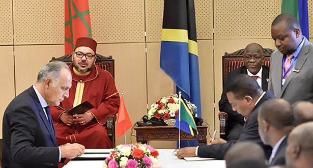 Le Roi et le Président tanzanien président la cérémonie de signature de 22 conventions et accords bilatéraux