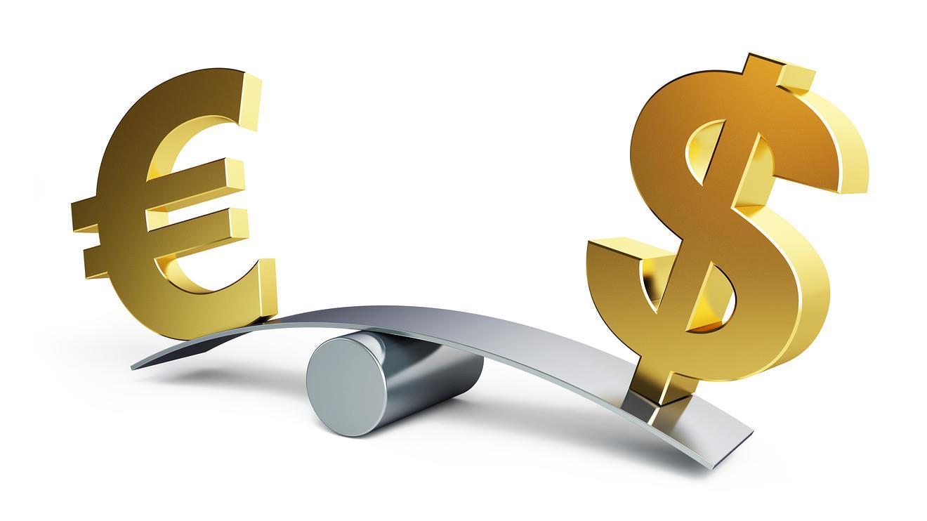 Léger repli de l'euro face au dollar sur les marchés européens