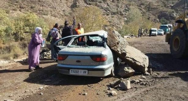 """سقوط صخرة كبيرة على سيارة بمنعرجات """"تيشكا"""""""