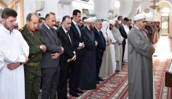 الأسد يؤدي صلاة العيد في حماة مع تزايد ثقته في سيطرته على أوضاع البلاد