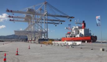 """مجموعة """"أ. بي. إم تيرمينلز ميدبورت طنجير"""" تتوصل بثلاث رافعات مينائية من نوع """"س.ت.س"""" الأكبر من نوعها في العالم"""