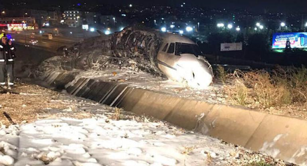 Un avion privé s'embrase à l'atterrissage à l'aéroport d'Istanbul
