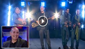 """فيديو .. الزاكي يعزف """"الكمبري"""" على إيقاعات كناوية في قناة جزائرية"""
