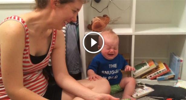 Vidéo: un bébé fond en larmes à la fin de chaque histoire