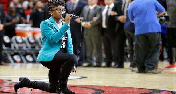"""مغنية تجثو أثناء النشيد الوطني الأمريكي تأييدا لحركة """"بلاك لايفز ماتر"""""""