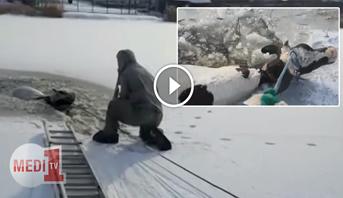 """فيديو .. رجال الانقاذ يتمكنون من انتشال """"بقرة"""" محاصرة وسط الجليد بروسيا"""