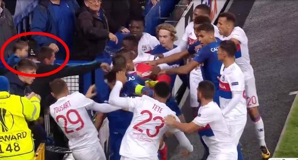 اشتباكات عنيفة بين لاعبي فريقي إيفرتون وليون