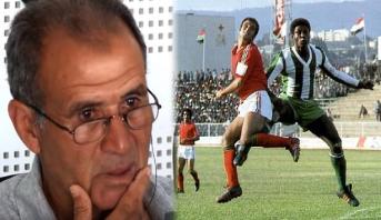 أسطورة الكرة المغربية يبكي متأثرا بطفولته