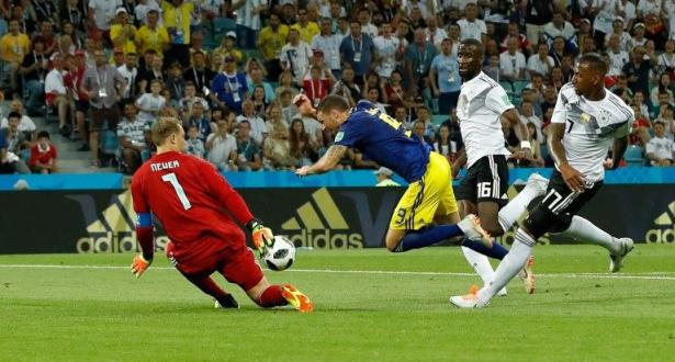 """السويد تضع ألمانيا في ورطة وركلة جزاء """"غير محتسبة"""" تعيد الجدل"""