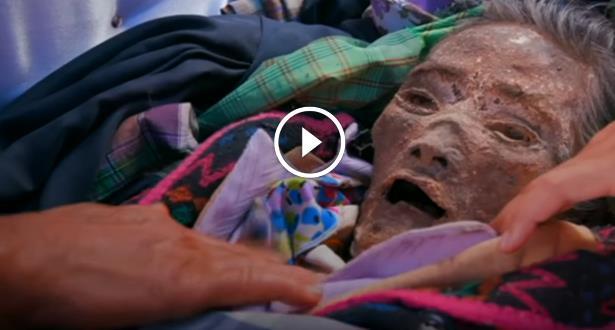 فيديو .. قرية أندونيسية لا تدفن الموتى وتعاملهم على أنهم أحياء