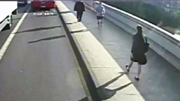 Londres: un coureur pousse une femme devant un bus en circulation