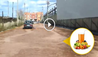 """فيديو .. """"فيضان"""" عصير فواكه إثر انهيار مصنع في بلدة روسية"""