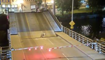 فيديو .. شابة أمريكية تنجو بعد سقوط فوق جسر متحرك أثناء عملية رفعه