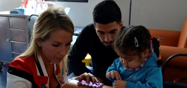 سواريز وزوجته يزوران الأطفال المصابين بالسرطان
