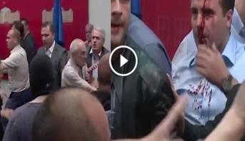Vidéo: Macédoine: le chef de l'opposition blessé lors de l'irruption de manifestants au Parlement