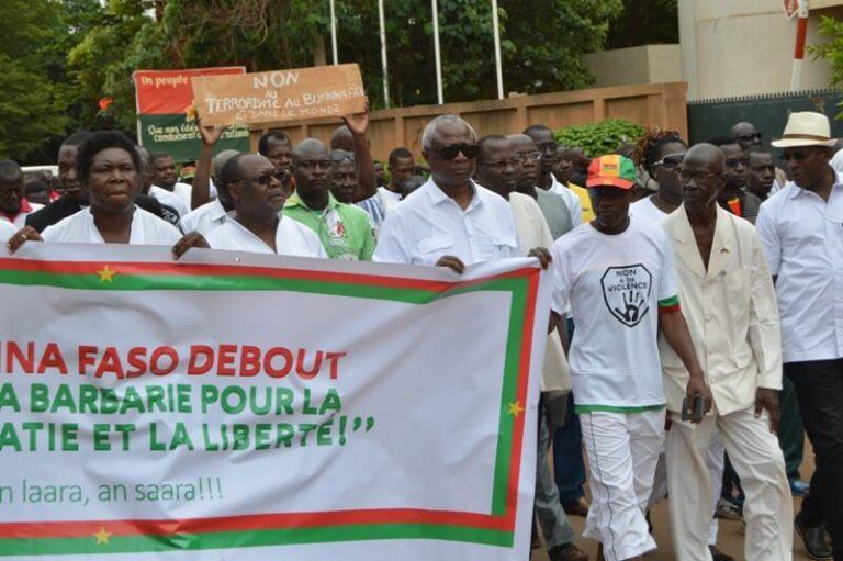 """Attaque au Burkina: marche silencieuse contre la """"barbarie"""""""