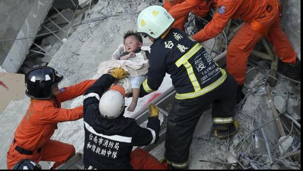 انتشال طفلة ظلت 60 ساعة تحت أنقاض مبنى انهار في زلزال تايوان