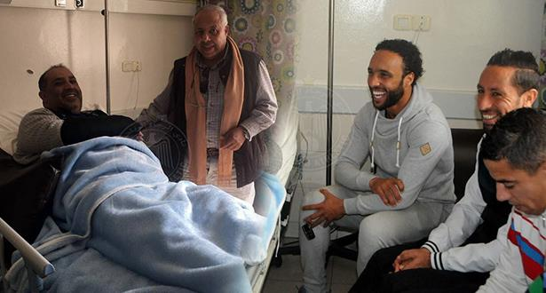 صور .. امحمد فاخر وبعض لاعبي الرجاء يزورون رئيس النادي بالمصحة