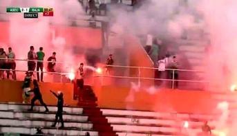 """أنصار الرجاء يقتحمون الملعب """"هربا من الشرطة"""" و اللاعبون تدخلوا لحمايتهم"""