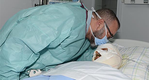 الملك محمد السادس يزور المصاب الذي نُقِل إلى المركز الاستشفائي الجامعي بمراكش إثر حادثة السير بمنطقة شيشاوة