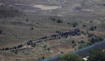 سوريون يقتربون من السياج الحدودي بالجولان فرارا من القصف