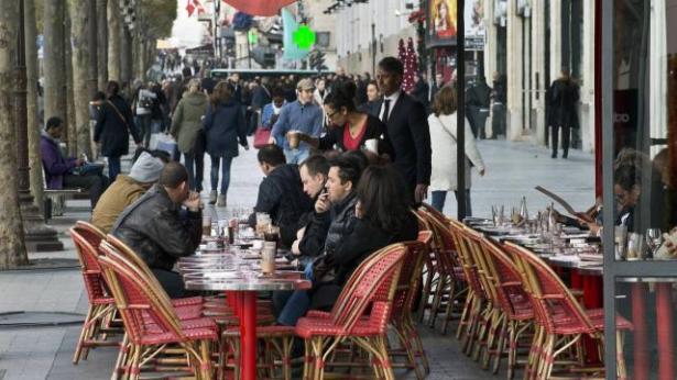 Paris: armé d'un fusil factice, un home sème la panique sur des terrasses de café