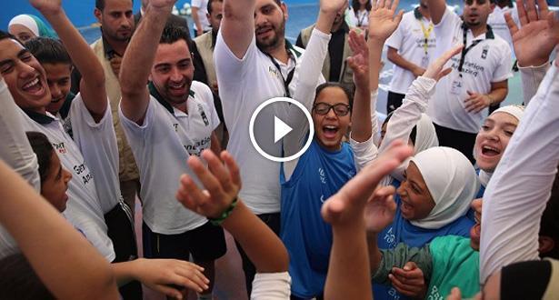 فيديو .. تشافي هرنانديز يزور مخيما للاجئين الفلسطينيين في الأردن