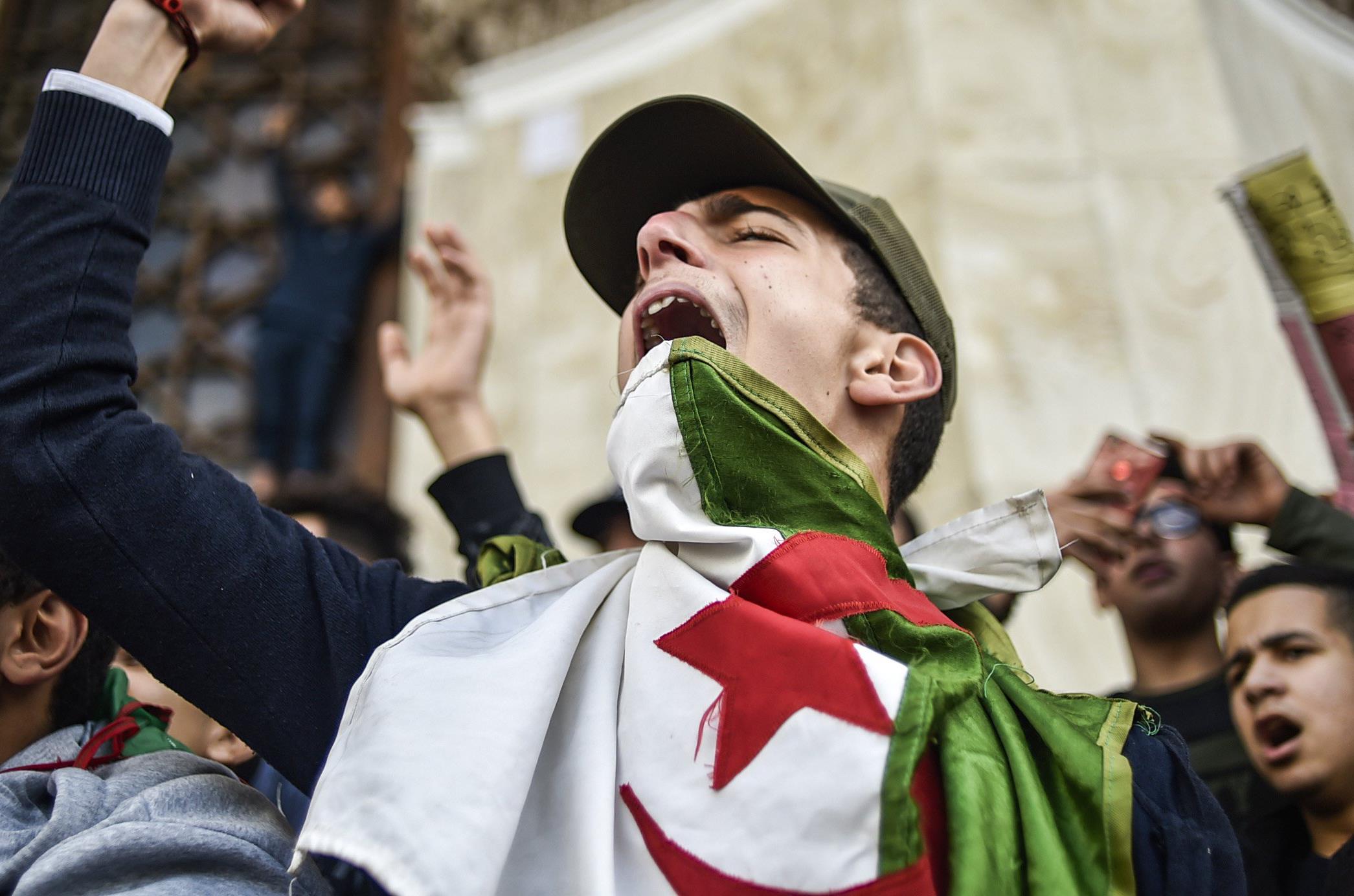 """حزب العمال المعارض: """"الجزائر تحترق"""""""