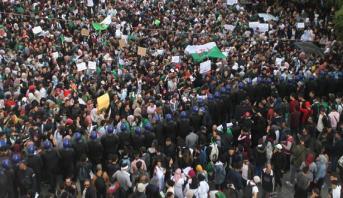 مئات الطلاب الجزائريين يتظاهرون ضدّ إجراء انتخابات رئاسية