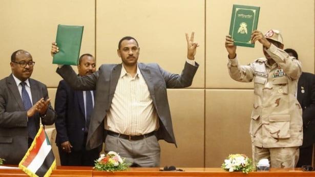 السودان .. المجلس العسكري وقوى الحرية والتغيير يوقعان اتفاق المرحلة الانتقالية