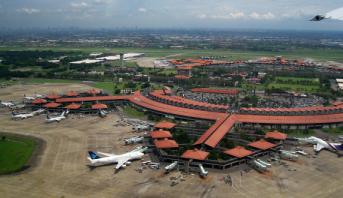 """سفارة المغرب بإندونيسيا ترد على """"مغالطات"""" مقال حول مواطن مغربي علق في مطار جاكرتا"""