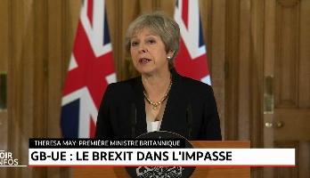"""May: Le Brexit """"dans une impasse"""" après le rejet du plan britannique"""
