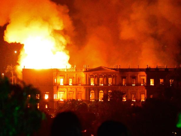 Brésil: mort de dix jeunes footballeurs dans un incendie au centre de formation de Flamengo à Rio de Janeiro