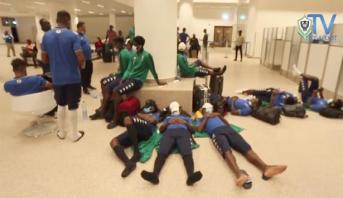 """""""الكاف"""" تستنكر حادث احتجاز عناصر منتخب الغابون بمطار بانجول بغامبيا لعدة ساعات"""