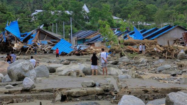 ارتفاع عدد ضحايا الفيضانات بإندونيسيا إلى 112 قتيلا