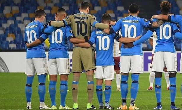 Décès de Maradona: tous les joueurs de Naples avec le N.10 sur le terrain