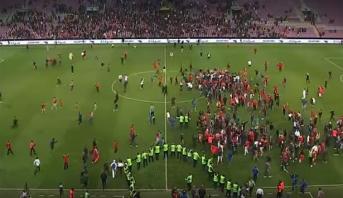 الجماهير المغربية تجتاح أرضية الملعب عقب نهاية مباراة المغرب وأوكرانيا