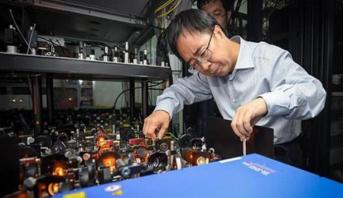 """عالم فيزياء صيني يفوز بجائزة """"آر. دبليو. وود"""" لعام 2019"""