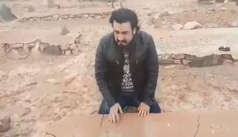 بعد 38 عاما .. ربيع القاطي يعثر على قبر والده وينهار أمامه (فيديو)