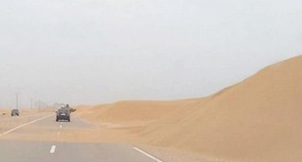 انقطاع الطريق الوطنية بين العيون وكلتة زمور والطريق الجهوية بين العيون وطرفاية بسبب زحف الكثبان الرملية