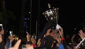 استقبال حاشد للاعبي الاتحاد البيضاوي بعد عودتهم من وجدة متوجين بلقب كأس العرش
