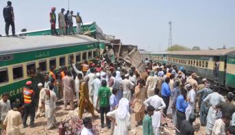 21 قتيلا و89 مصابا إثر اصطدام قطارين جنوب باكستان
