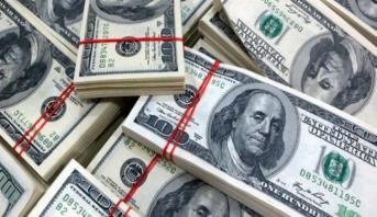 الدولار يتكبد خسارة أسبوعية مع تراجع الثقة الاقتصادية