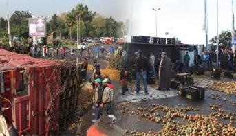 """الدار البيضاء .. صور انقلاب شاحنة محملة بأطنان من فاكهة """"الهندية"""""""